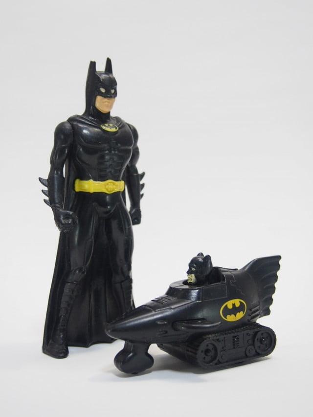 マクドナルド ハッピーミールトイのバットマンカーとバットマンのフィギュア