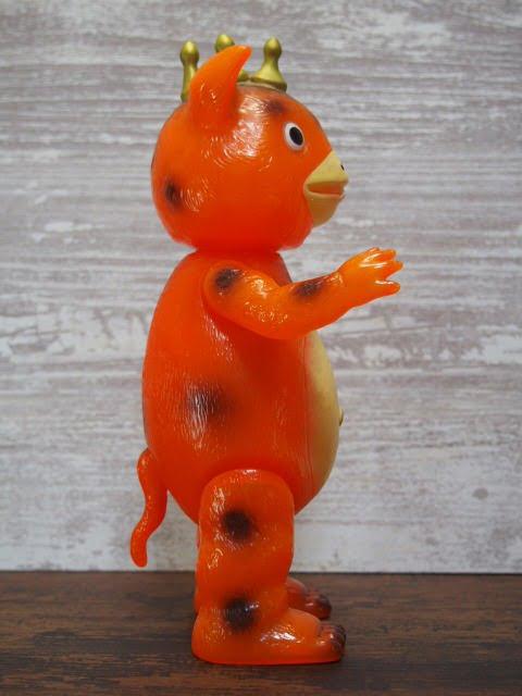 イヌクマ製の快獣ブースカ(クリアオレンジ) のソフビフィギュアの右側