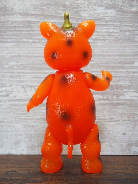 イヌクマ製の快獣ブースカ(クリアオレンジ) のソフビフィギュアの後側