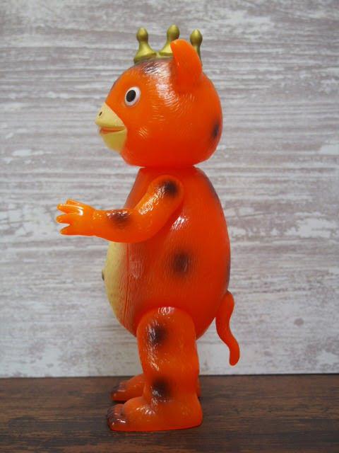 イヌクマ製の快獣ブースカ(クリアオレンジ) のソフビフィギュアの左側