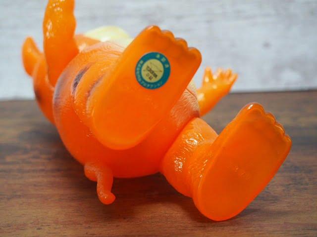 イヌクマ製の快獣ブースカ(クリアオレンジ) のソフビフィギュアの足裏刻印