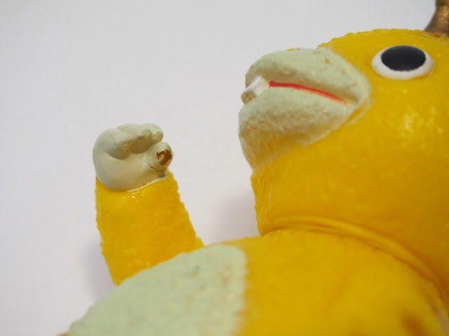 快獣ブースカのフィギュア(黄色)の右手親指破損部分