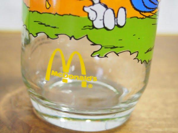 キャンプ・スヌーピー グラス(ライナス)の下部のマクドナルドのマーク