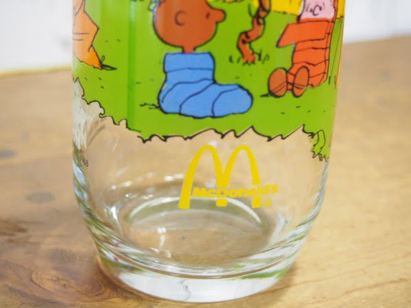 キャンプ・スヌーピー グラスの下部のマクドナルドマーク