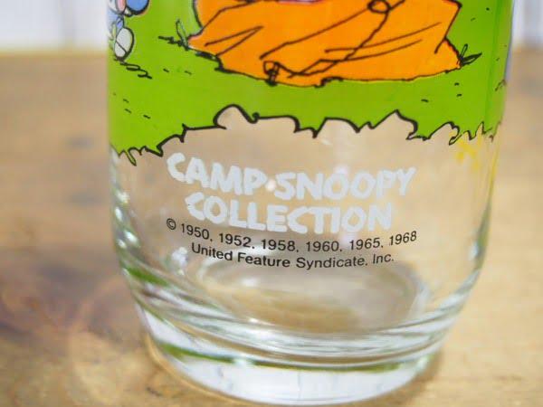 キャンプ・スヌーピー グラス(ルーシー)の下部のロゴ