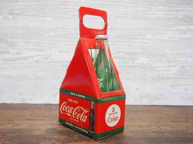 箱に入ったコカ・コーラ ソルト&ペッパー(右側)