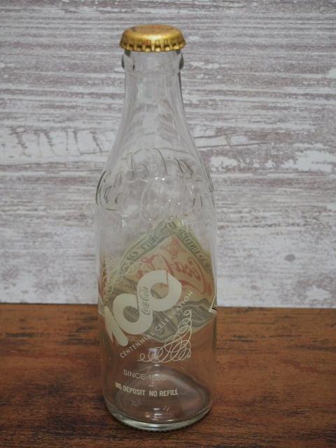 コカ・コーラ生誕100年記念ボトルの空瓶(王冠付き)の後側