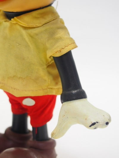 ミッキーマウスのR.DAKIN&CO.のソフトフィギアの左手