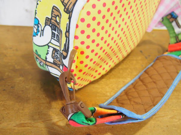 スマーフ柄のハンドメイドのヒップバッグのベルト