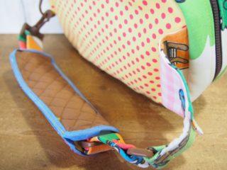 スマーフ柄のハンドメイドのヒップバッグのベルト裏側