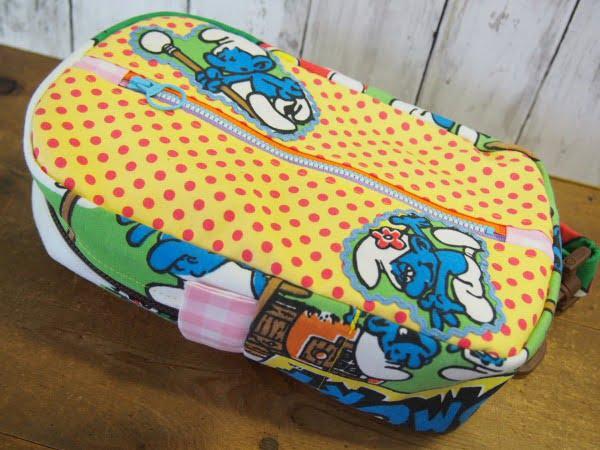 手作りのスマーフ柄のヒップバッグの表側