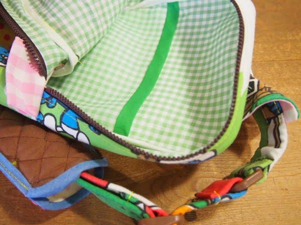 ハンドメイドのスマーフ柄のヒップバッグの内側