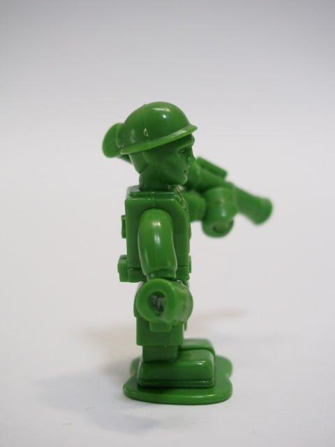 グリーンアーミーメン – ユージン ミニキューブリックの右側